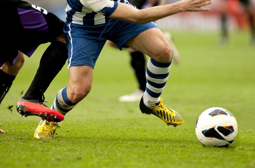 hombre jugando futbol