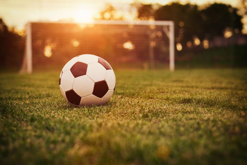 balon de futbol en cancha
