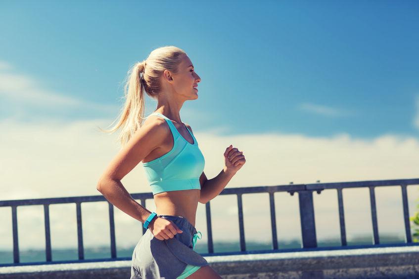 chica de azul corriendo en la playa