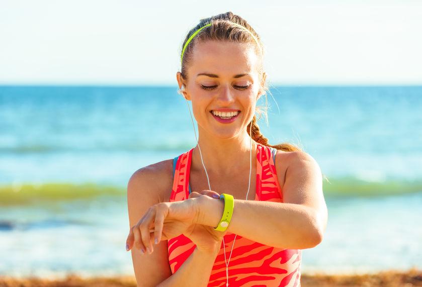 chica corriendo en la playa
