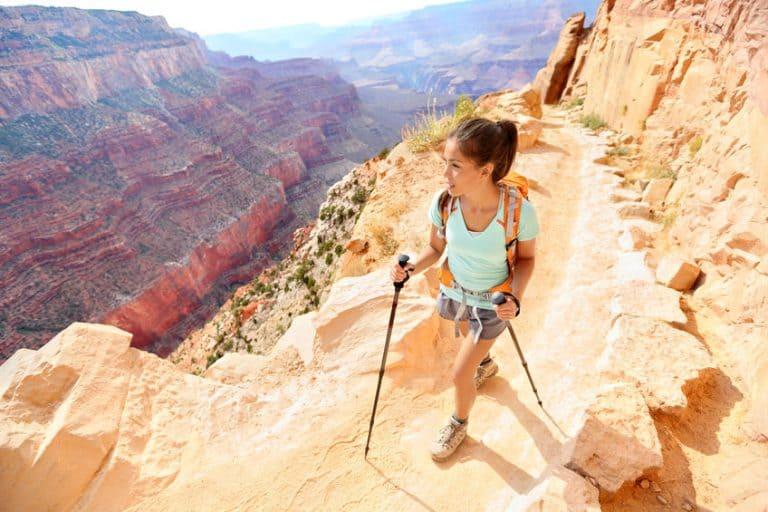 Mujer en plena escalada