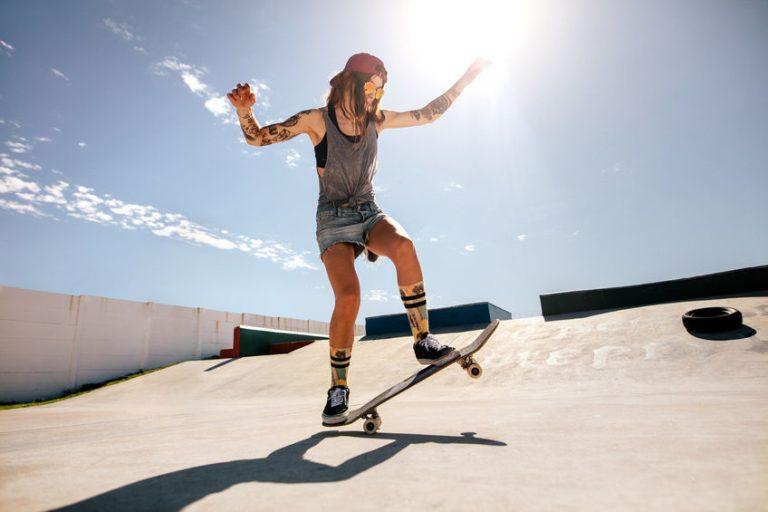 Mujer en su tabla de skate