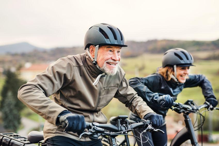 Hombre mayor en bicicleta