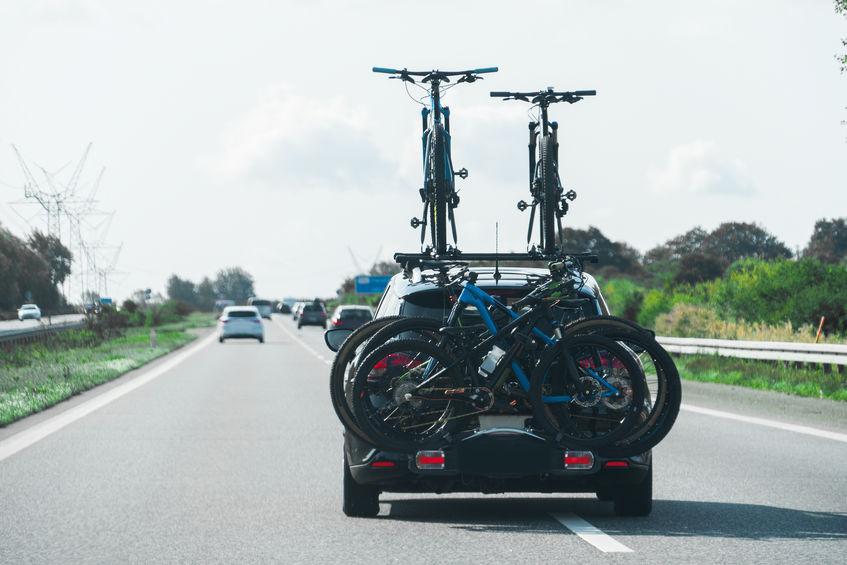 auto con muchas bicicletas en su soporte para bicicletas