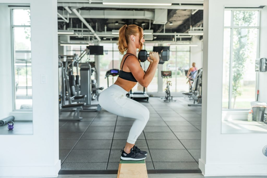 Una chica haciendo ejercicio en el gimnasio