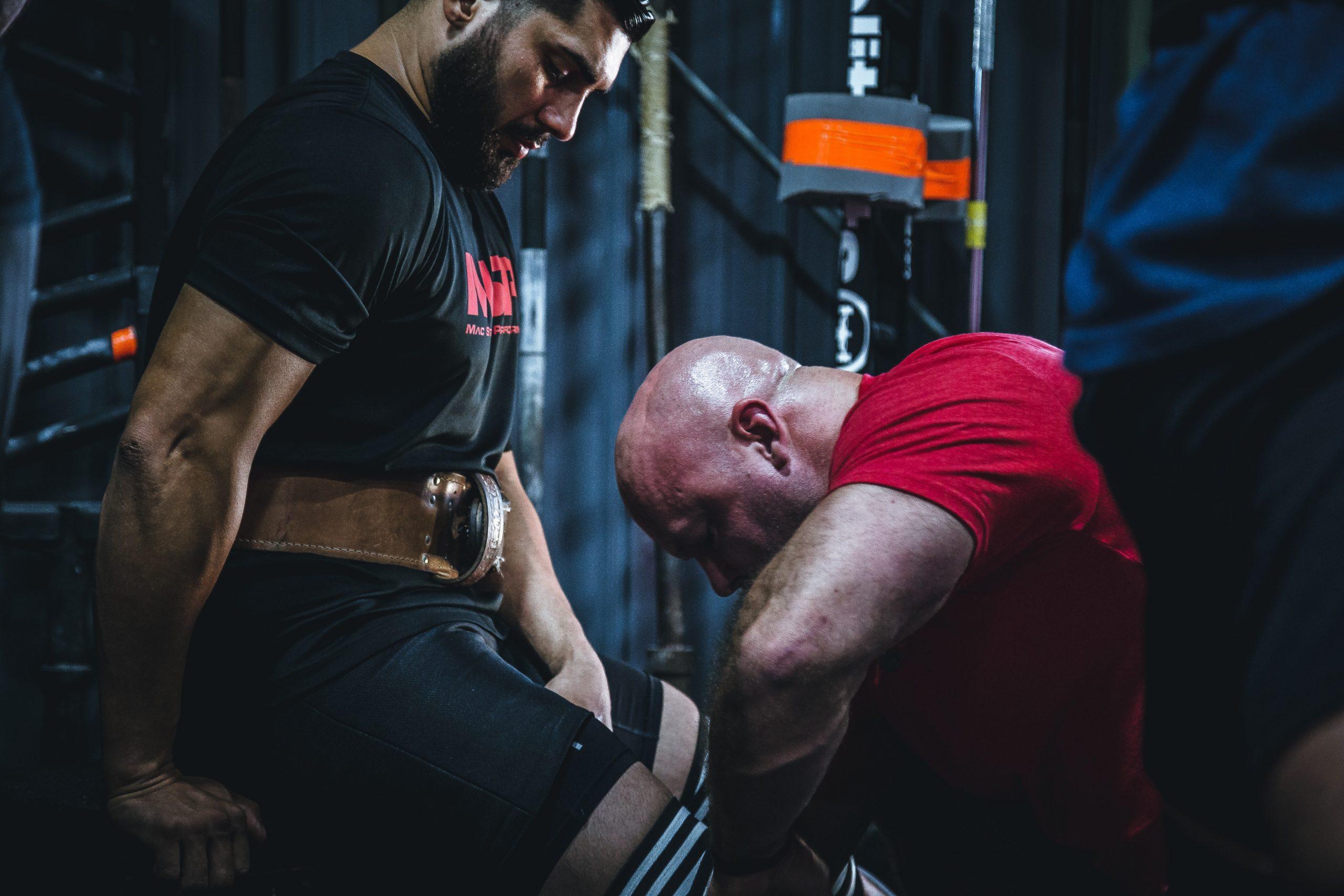 Dos personas ejercitandose en gimnasio