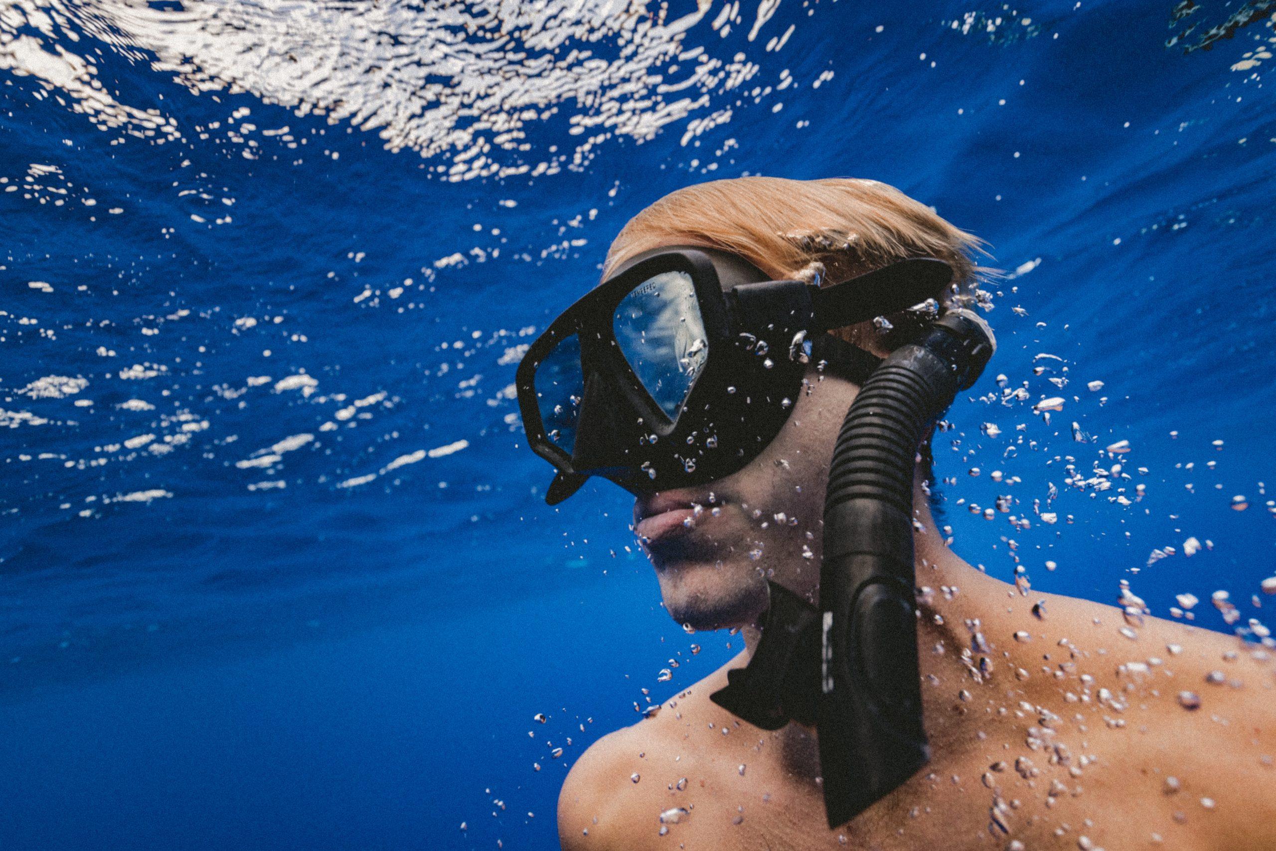 Imagen de persona nadando con mascara de snorkel