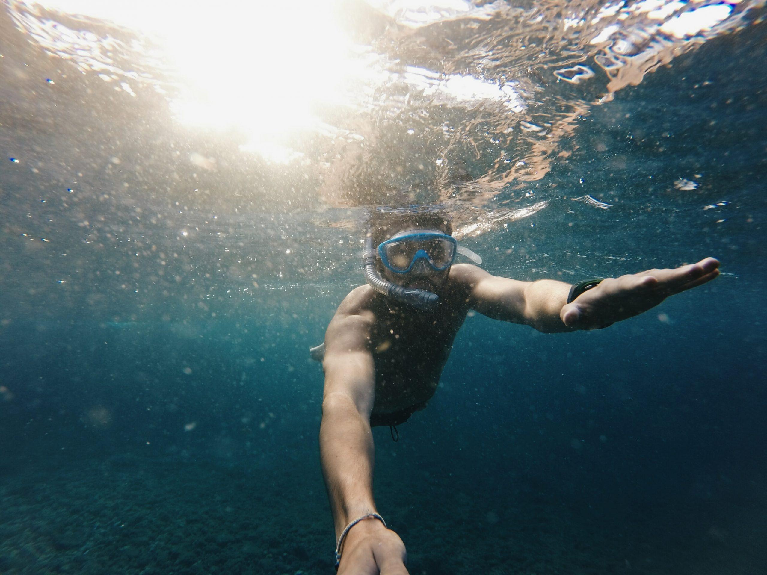 Persona buceando con mascara de snorkel