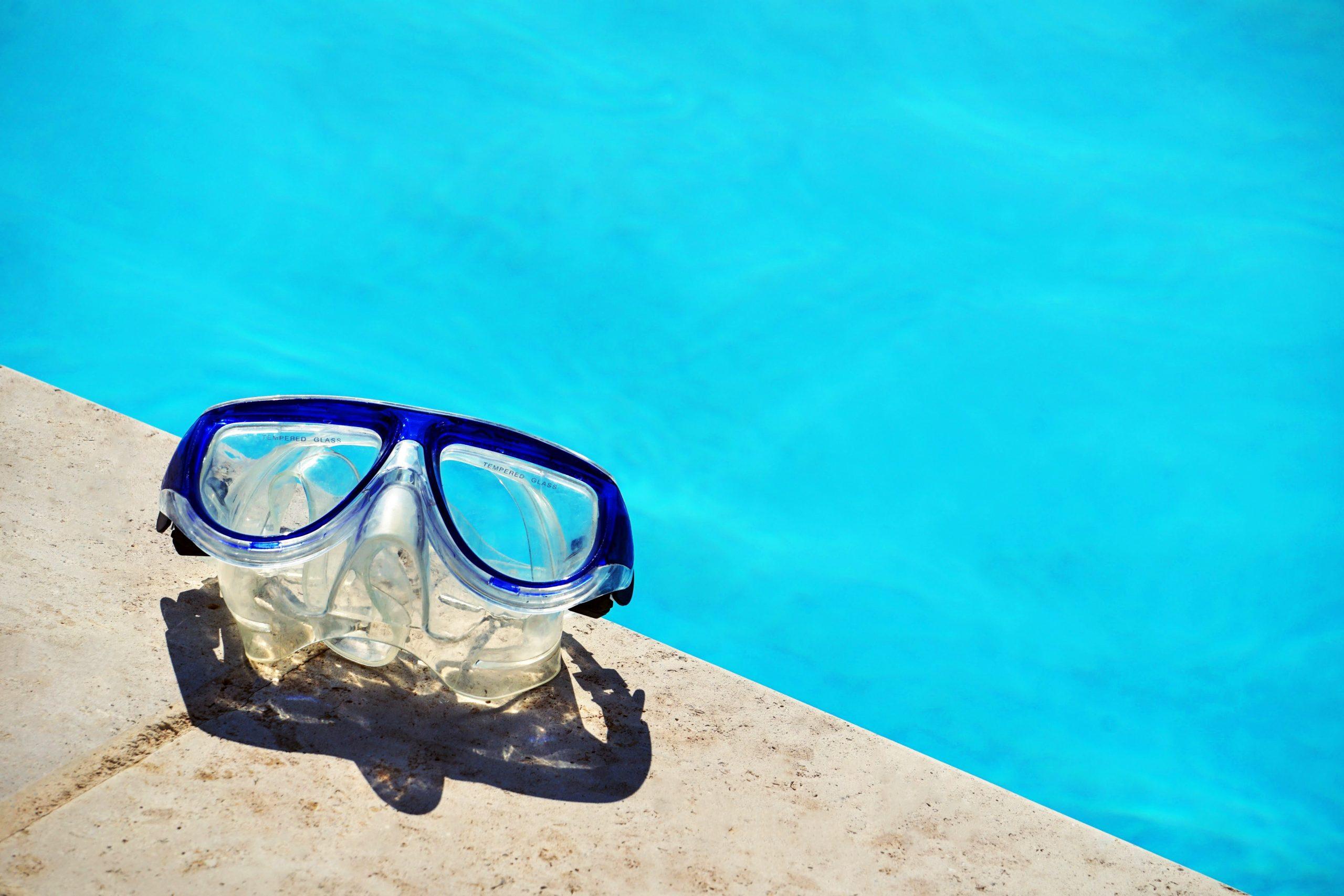 Mascara de snorkel a la orilla de piscina