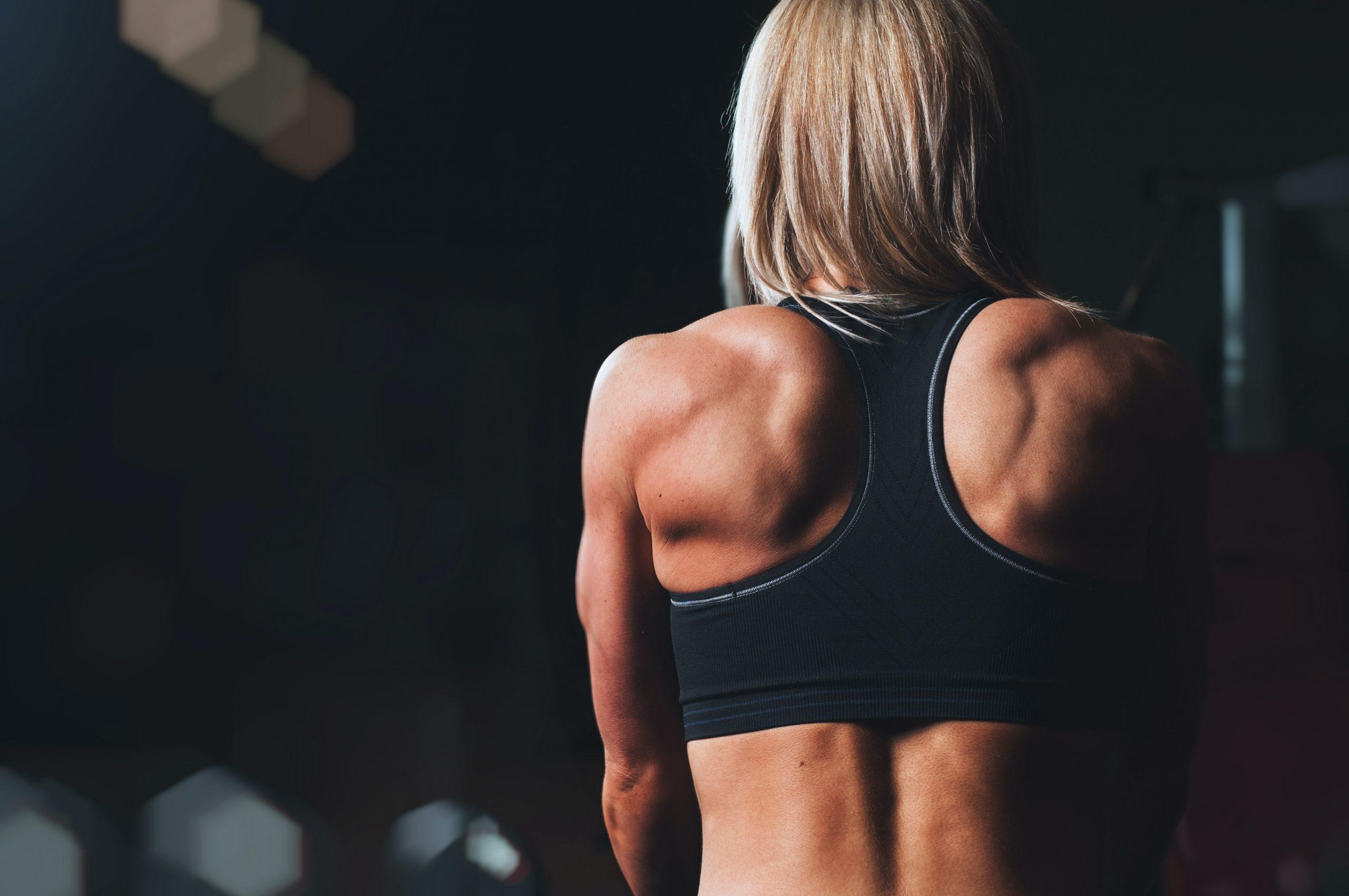 Una mujer atlética de espaldas
