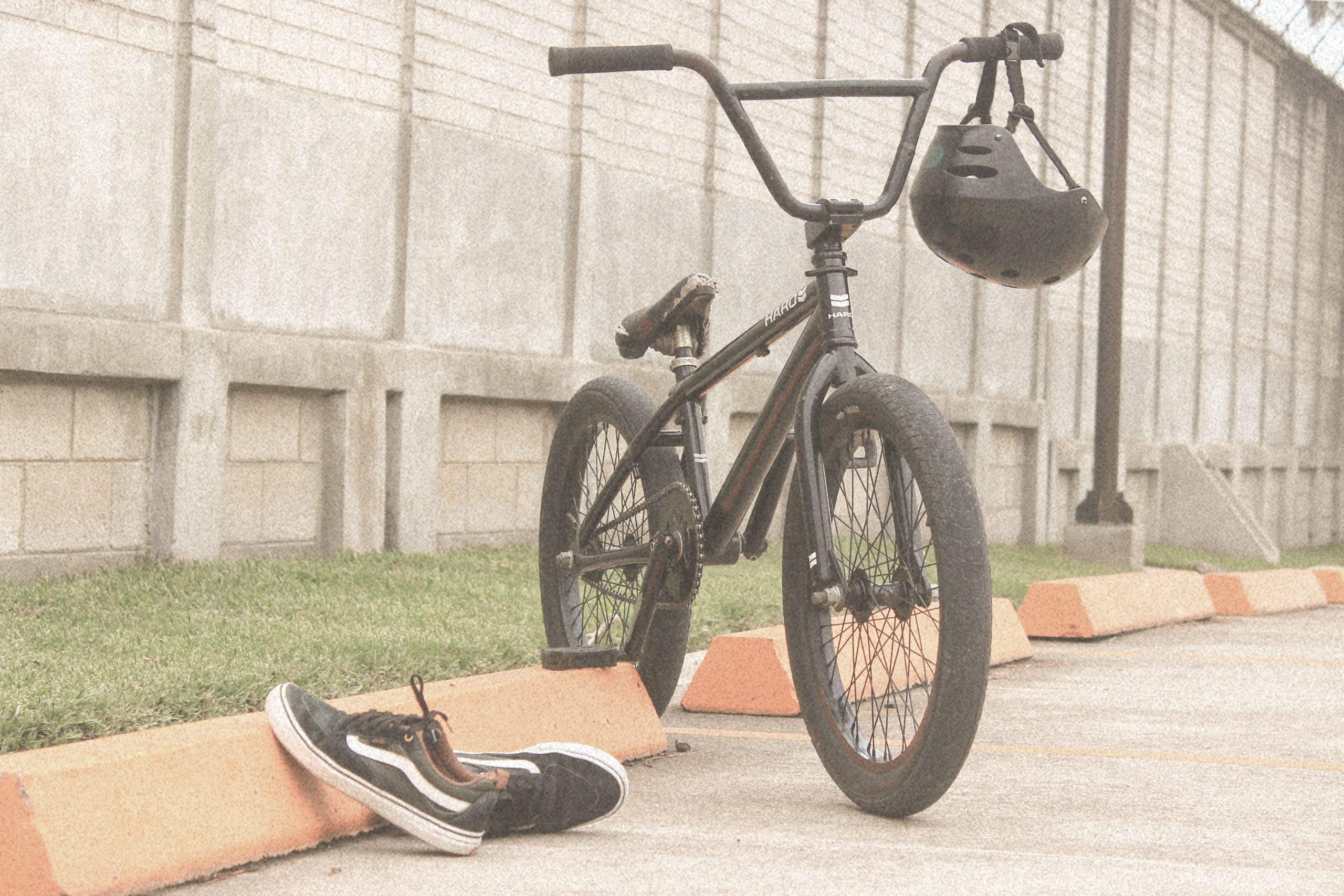 bmx clasica con zapatos vans al lado