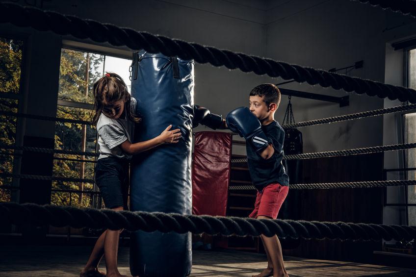 niños jugando con saco de box