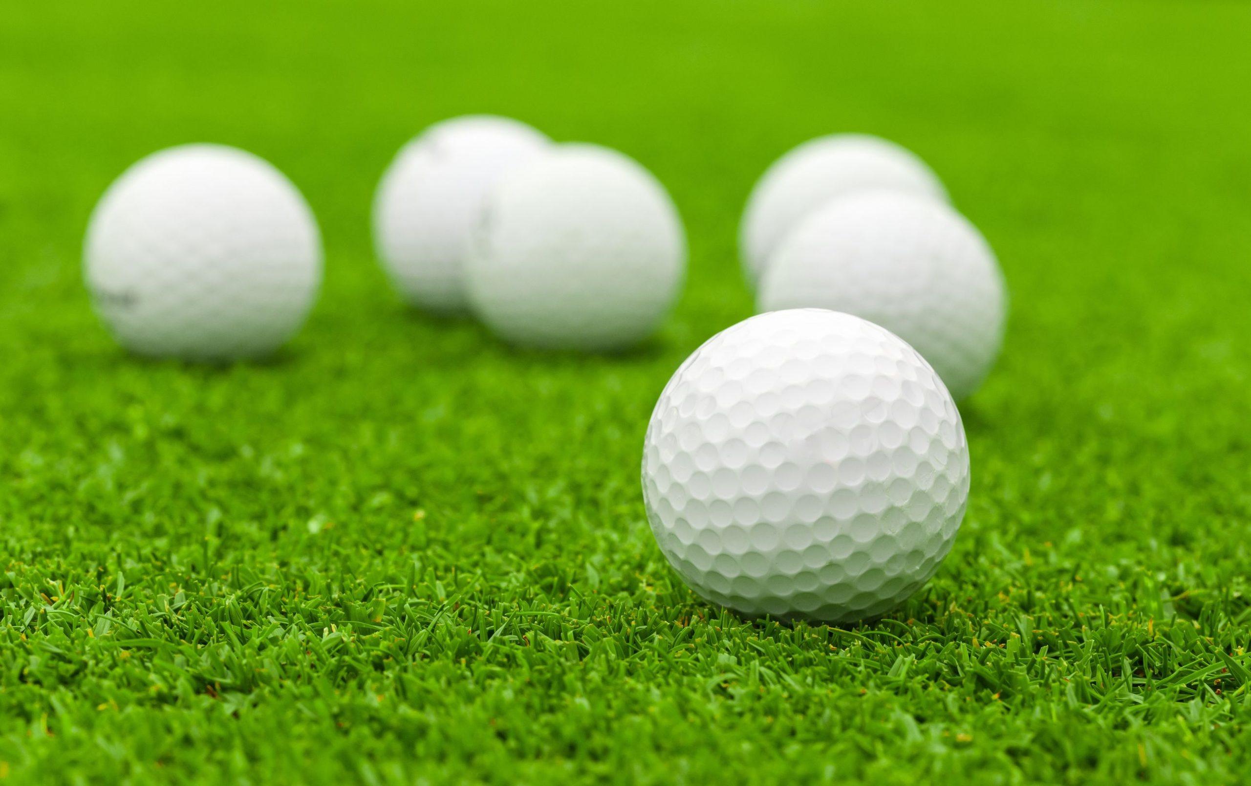 Pelota de golf en campo verde