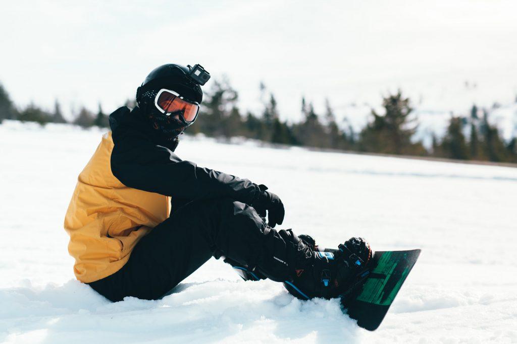 chico haciendo snowboarding