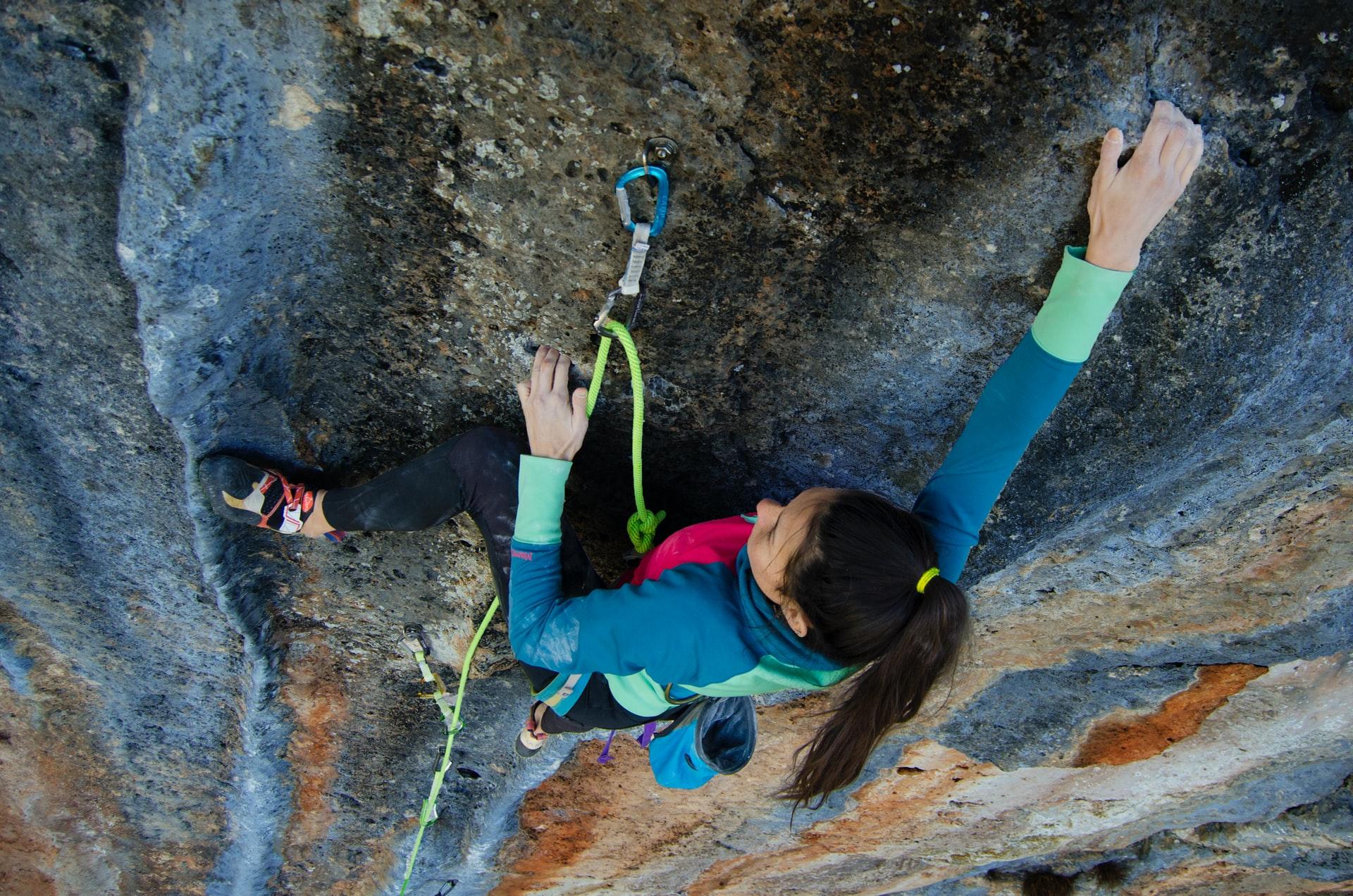 chica escalando montaña