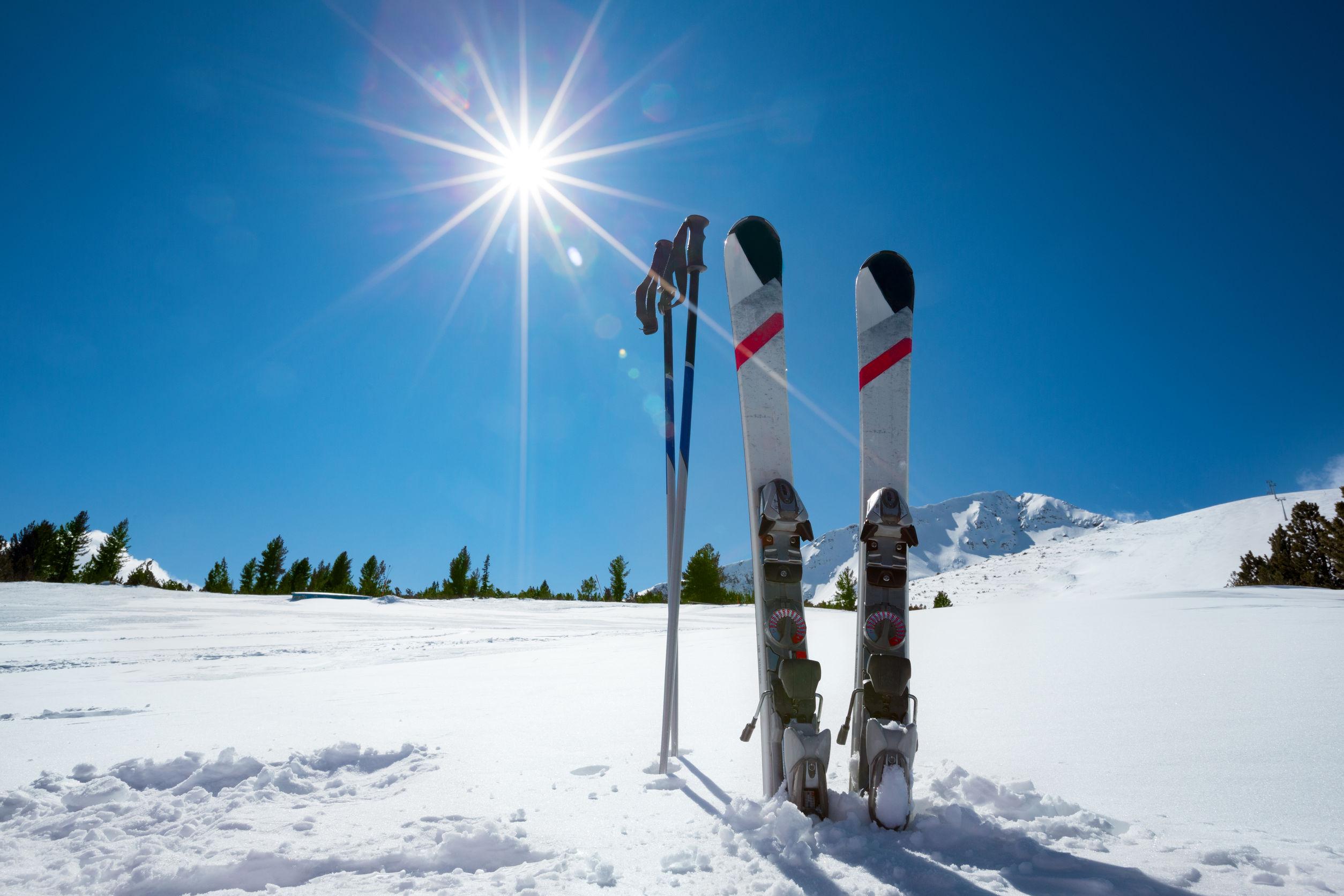 temporada de invierno, montaña y material de esquí en pista