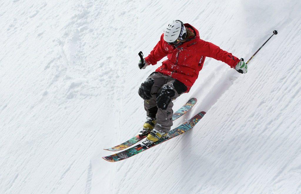 Imagen de una persona esquiando