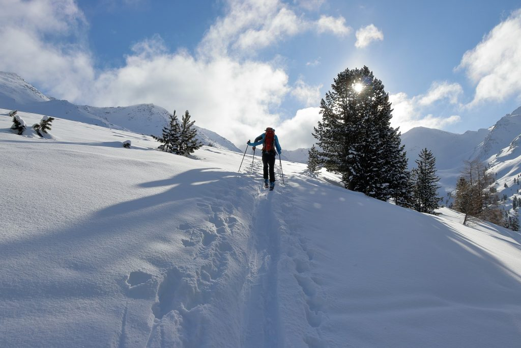 Persona esquiando en la montaña