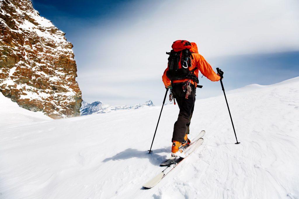 Esquiador de travesía alpino solitario