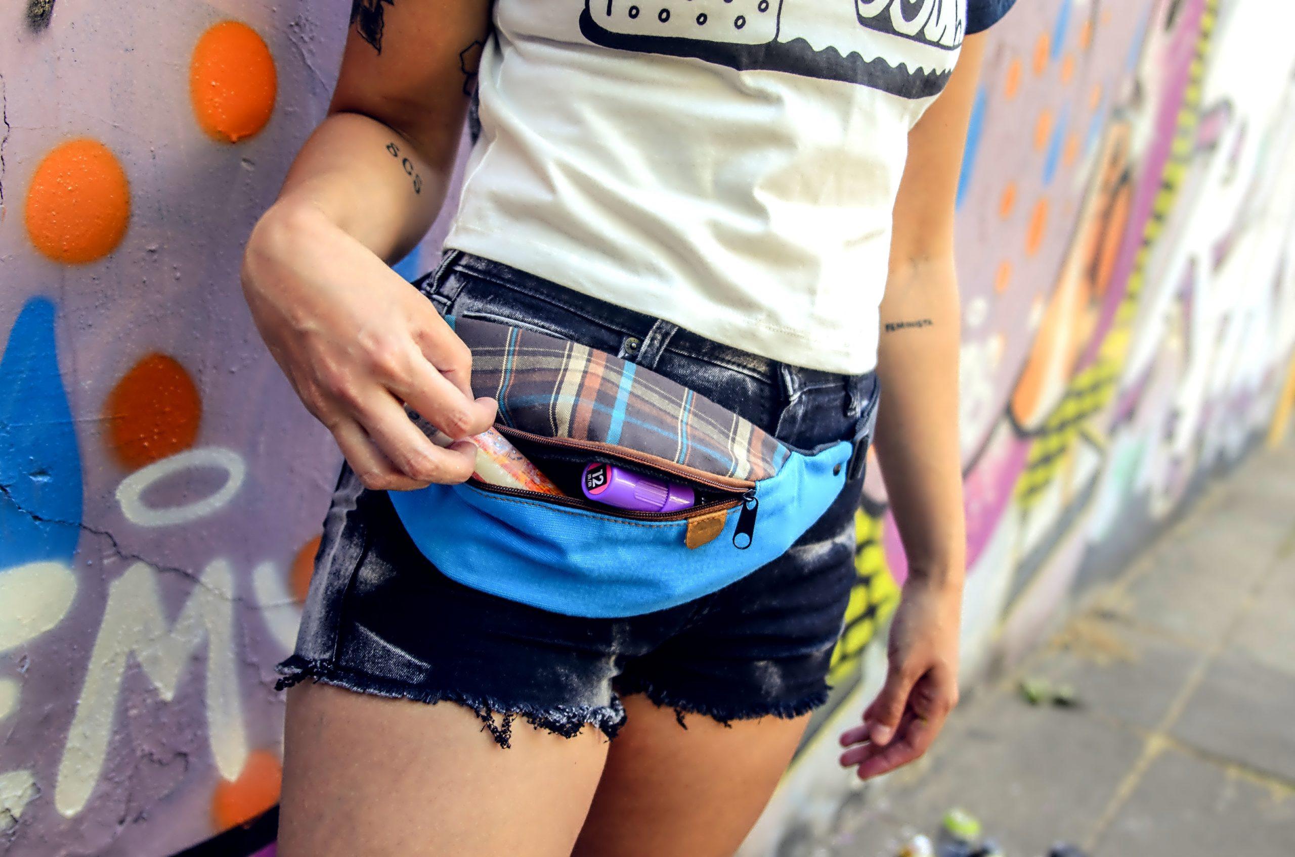 Mujer usando una riñonera estilo urbano