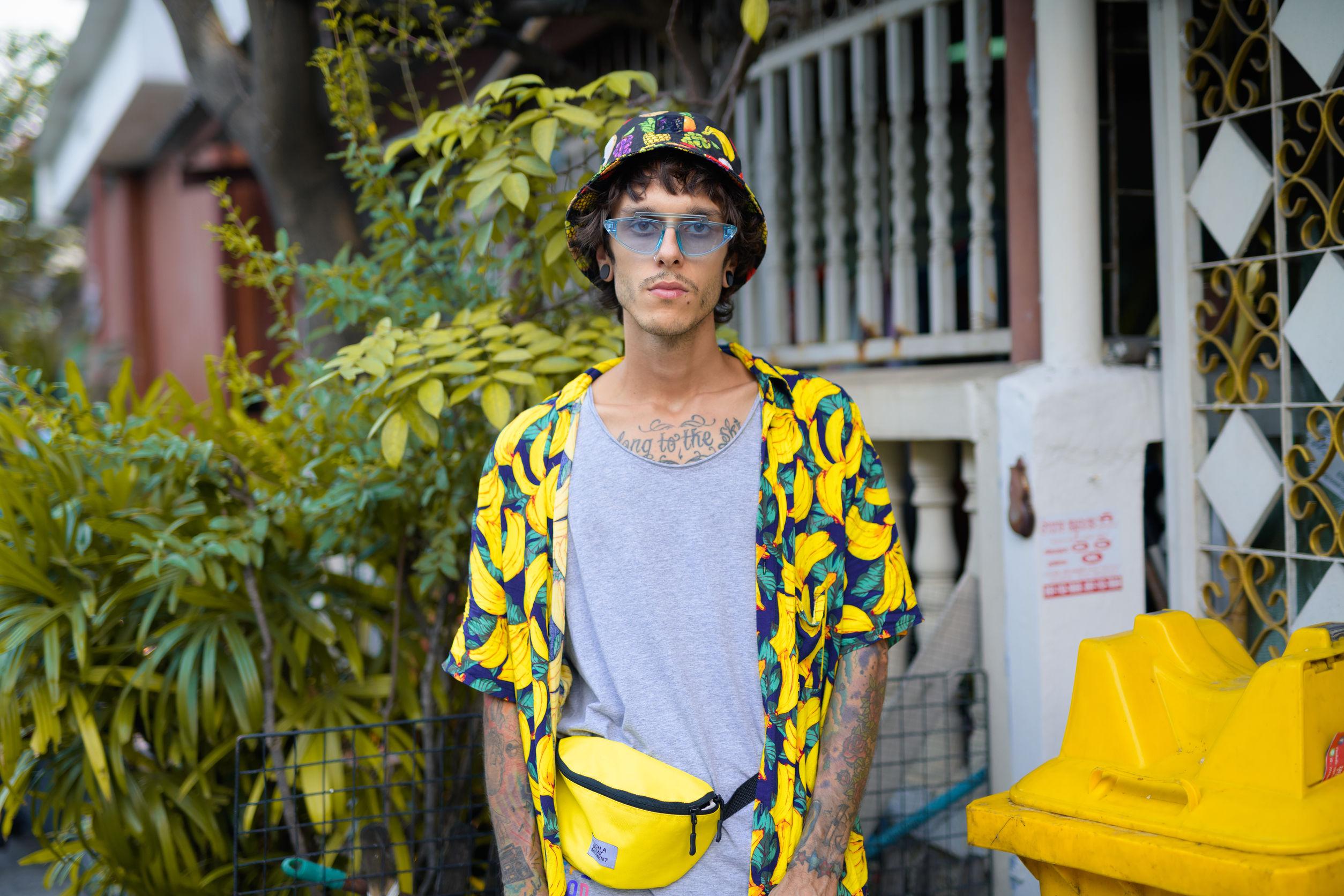 Foto de estudio de joven rebelde en las calles al aire libre
