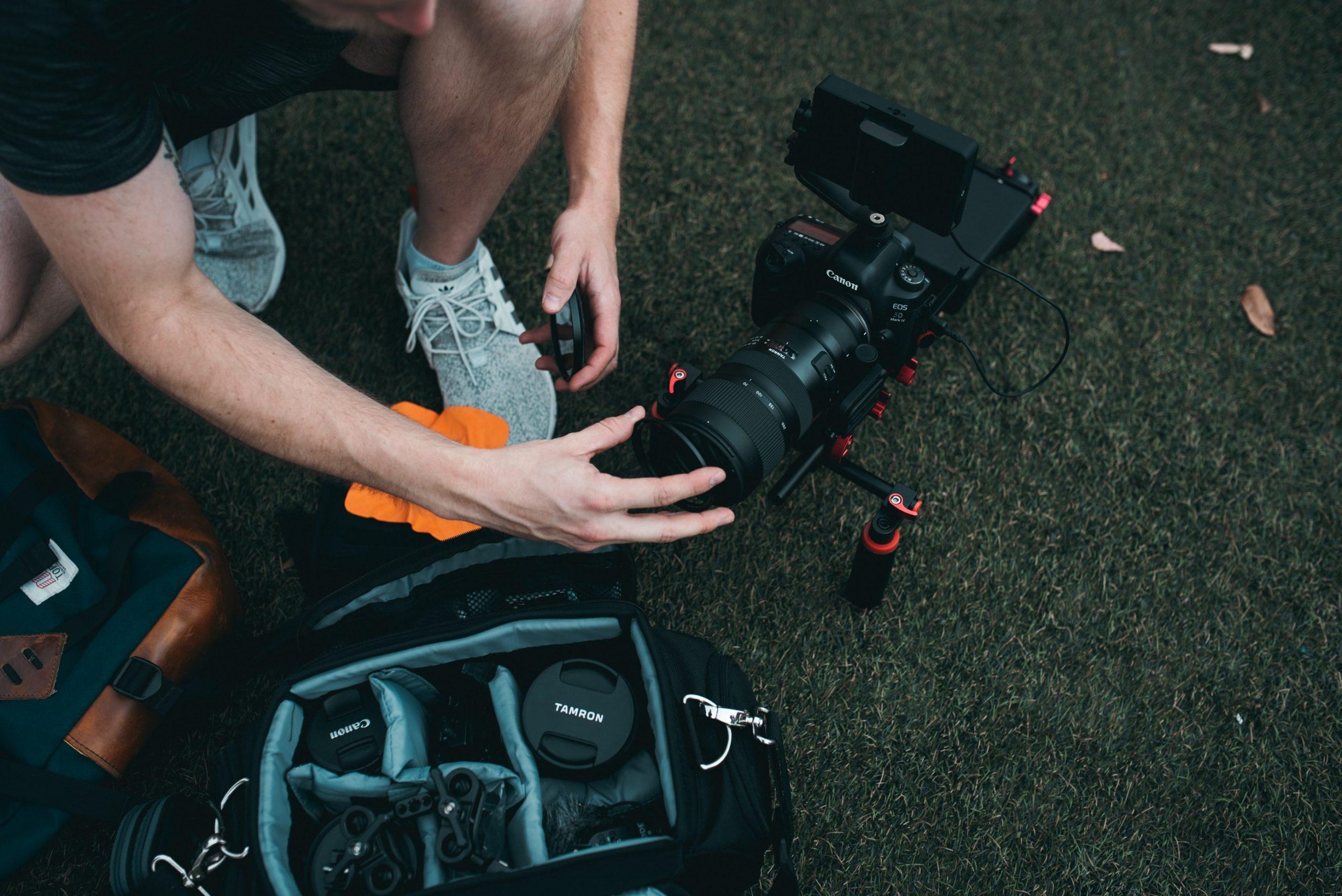 Persona cargando riñnera con equipo de fotografia