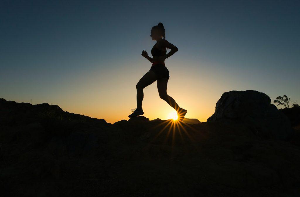 chica corriendo en montaña