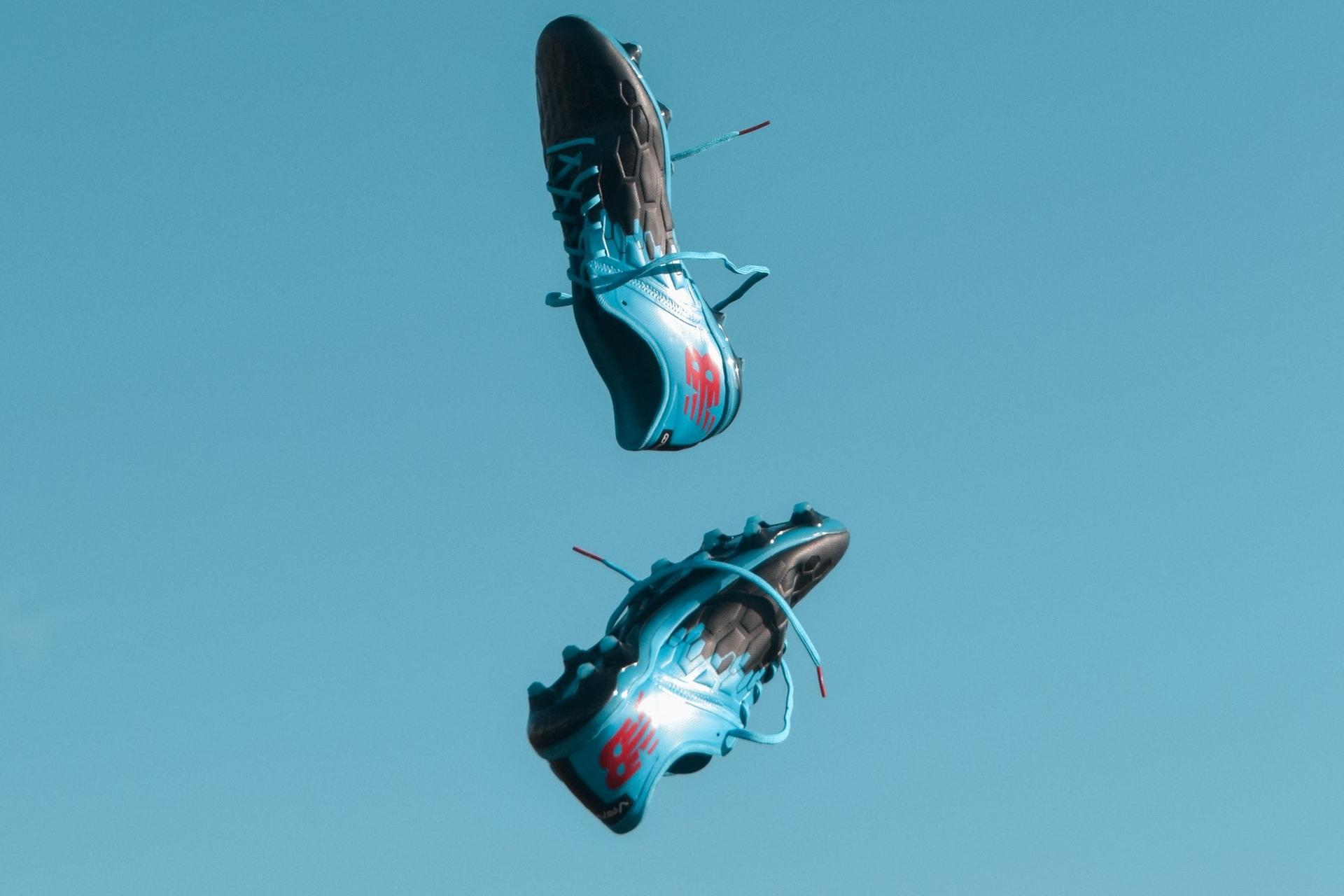 botines de futbol en el aire