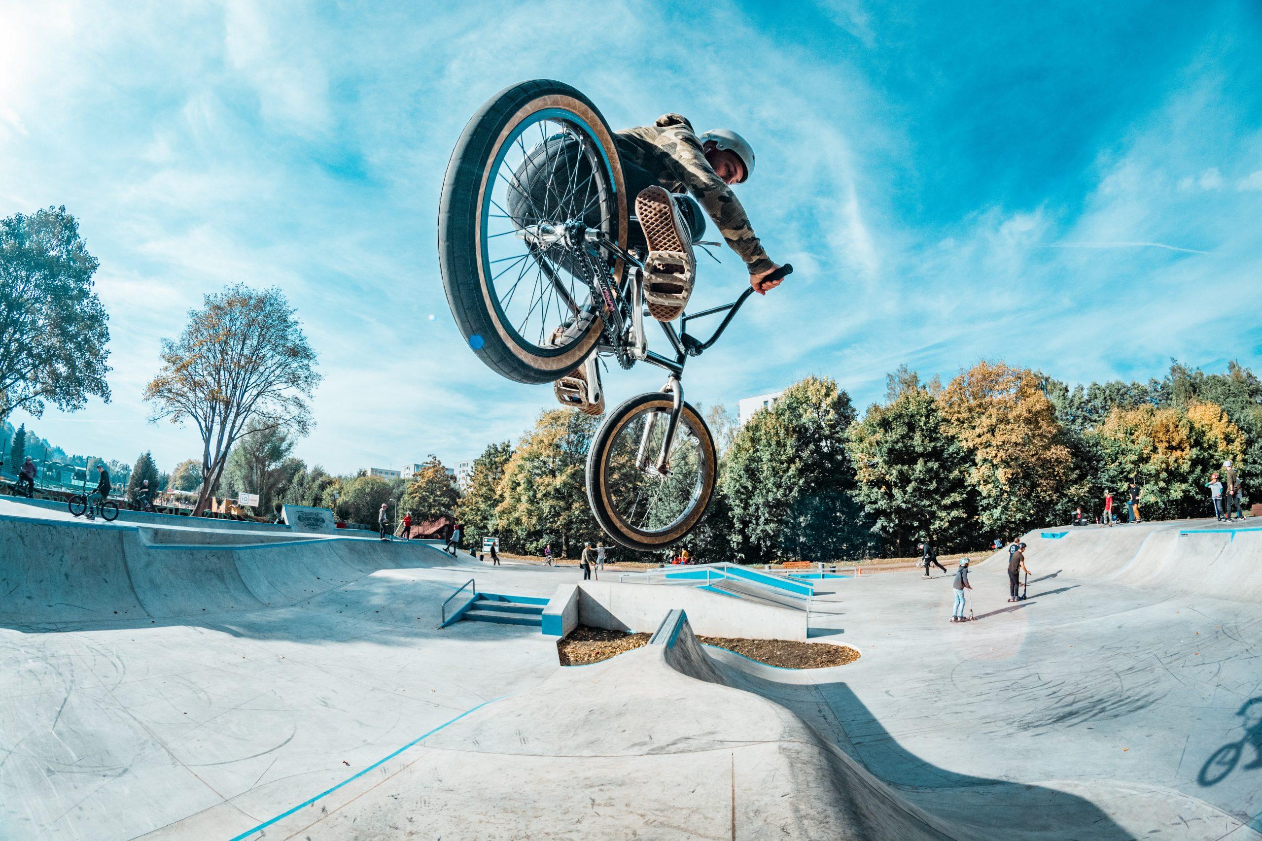 chico en parque de skate con bmx