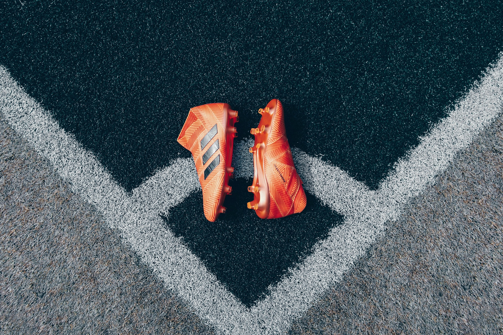 botines naranjas de futbol