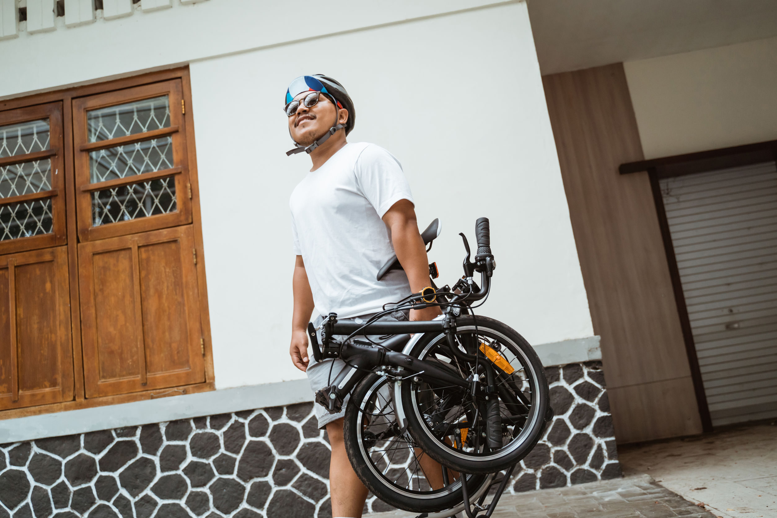 chico con bicicleta plegable