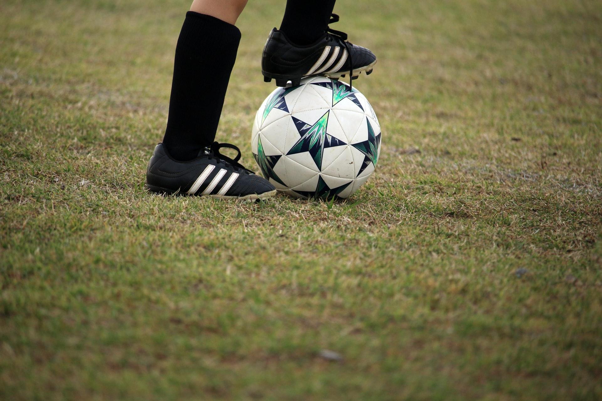 jugador de futbol con pelota