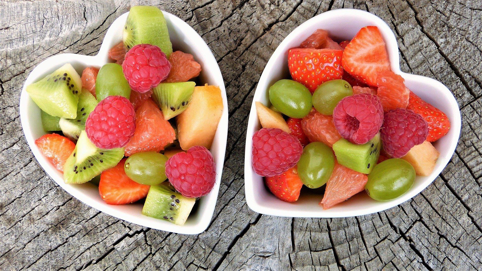 platos llenos con vitaminas hidrosolubles