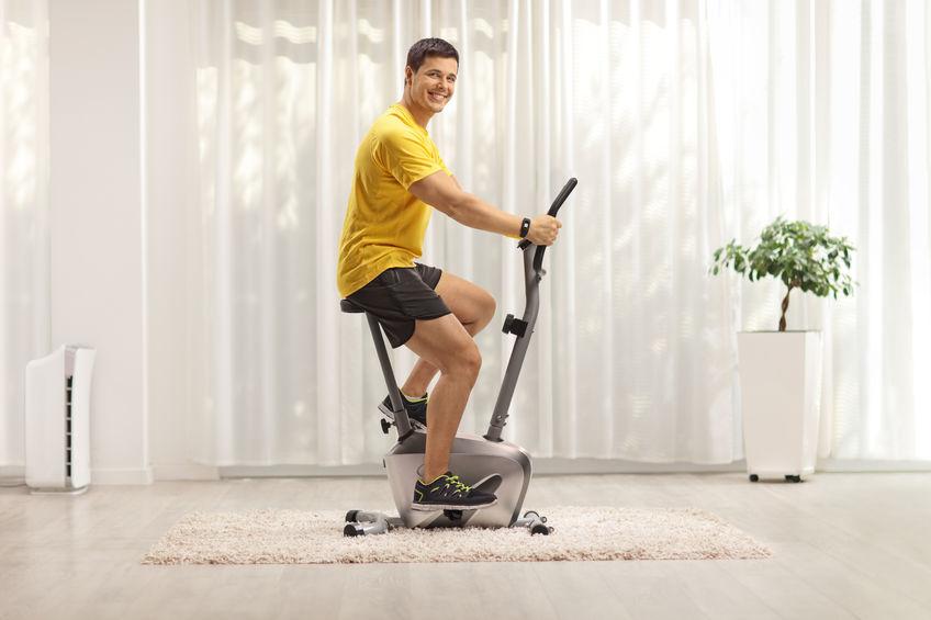 hombre entrenando en bicicleta estacionaria