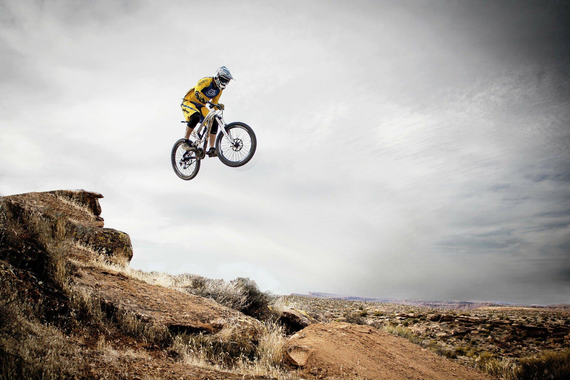ciclista haciendo maniobras