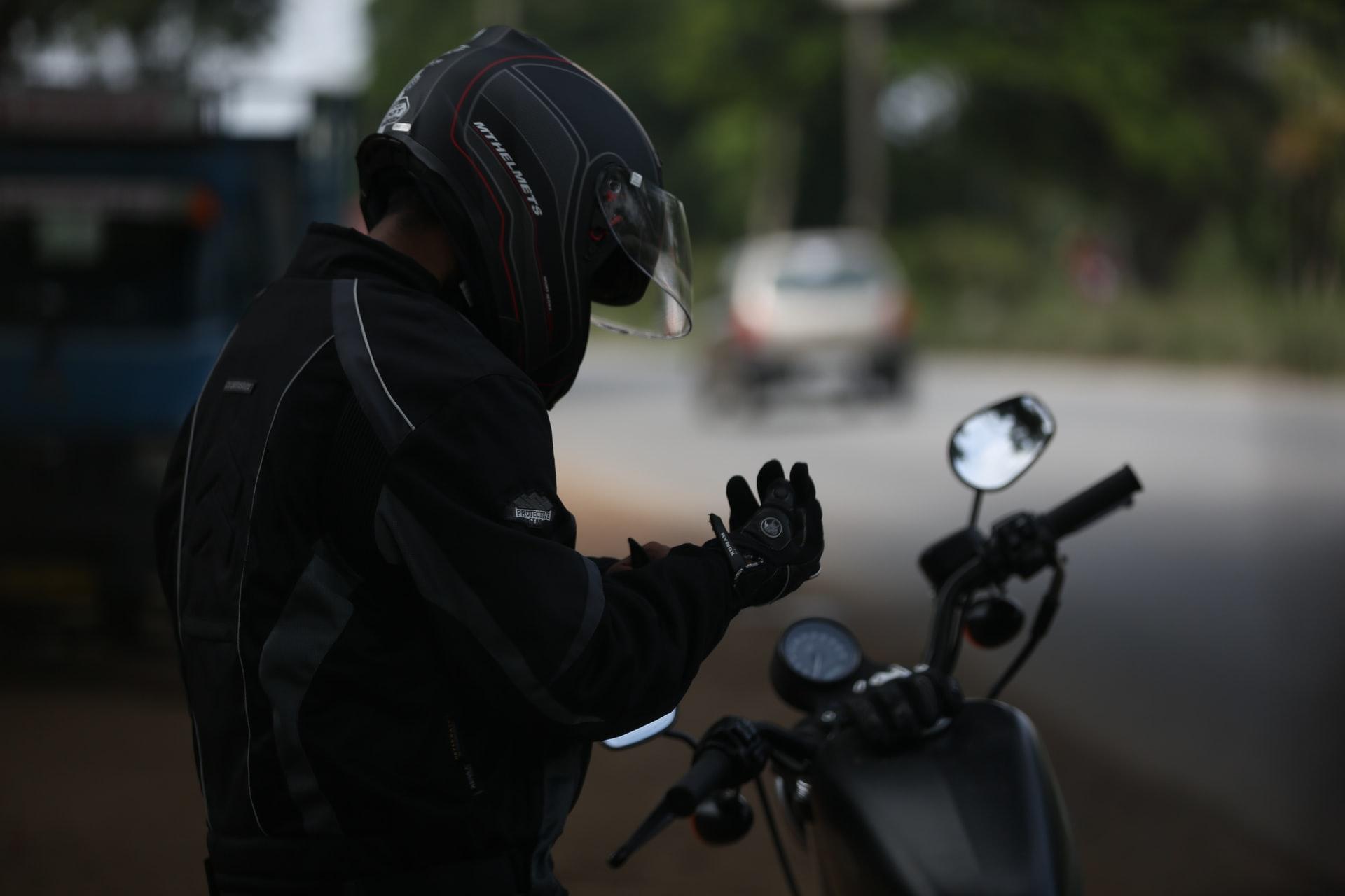 ciclista con guantes