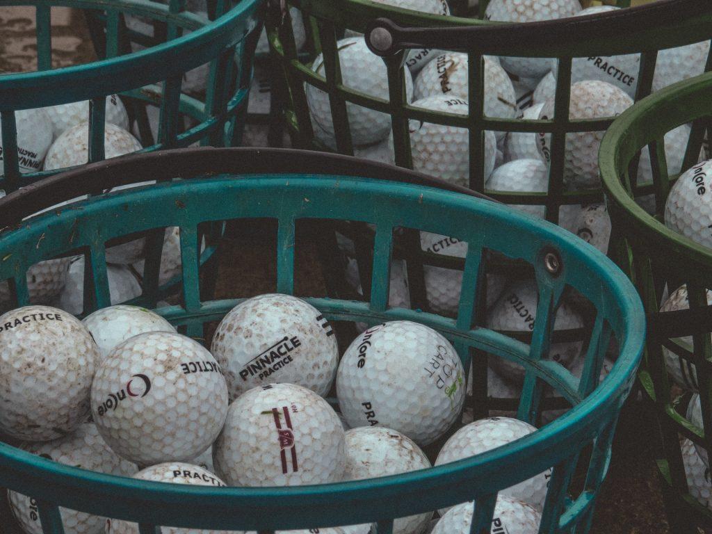 Bolas de golf en una canasta
