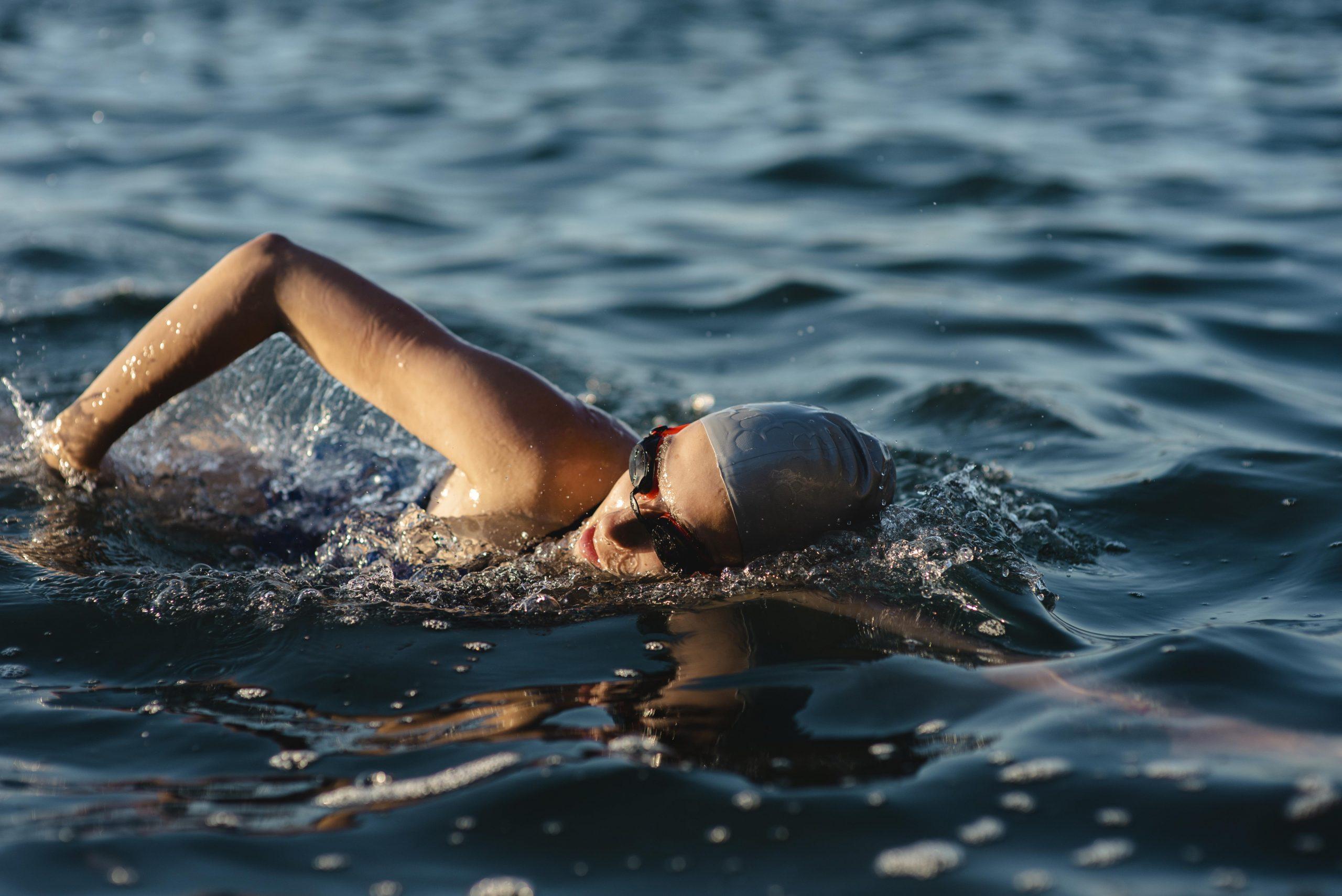 chica practicando natación