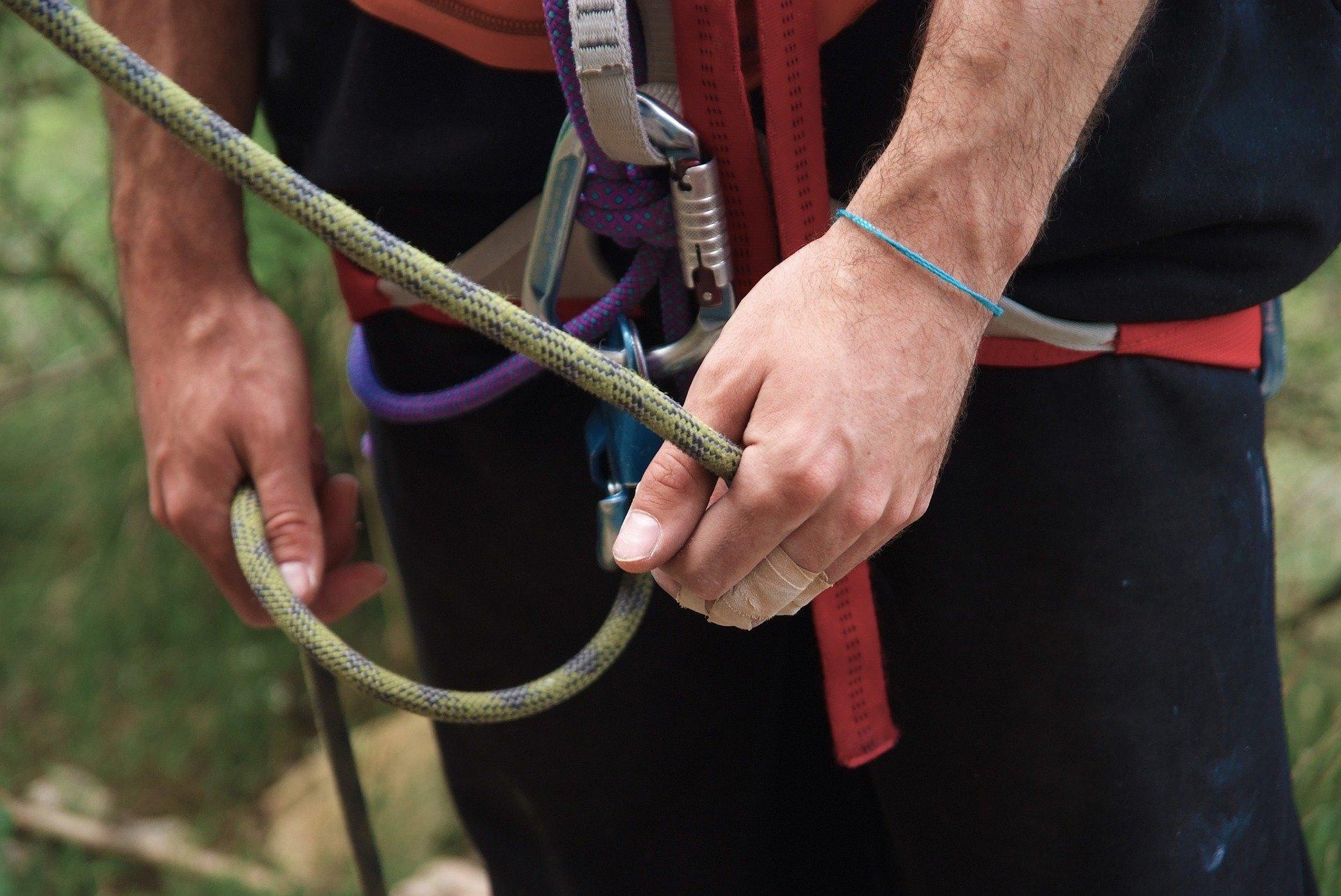 sosteniendo cuerda