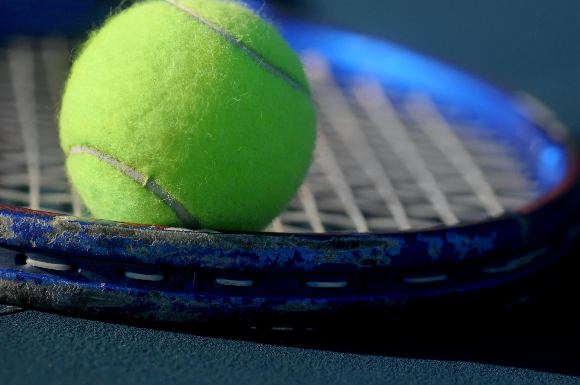 raqueta con pelota de tennis