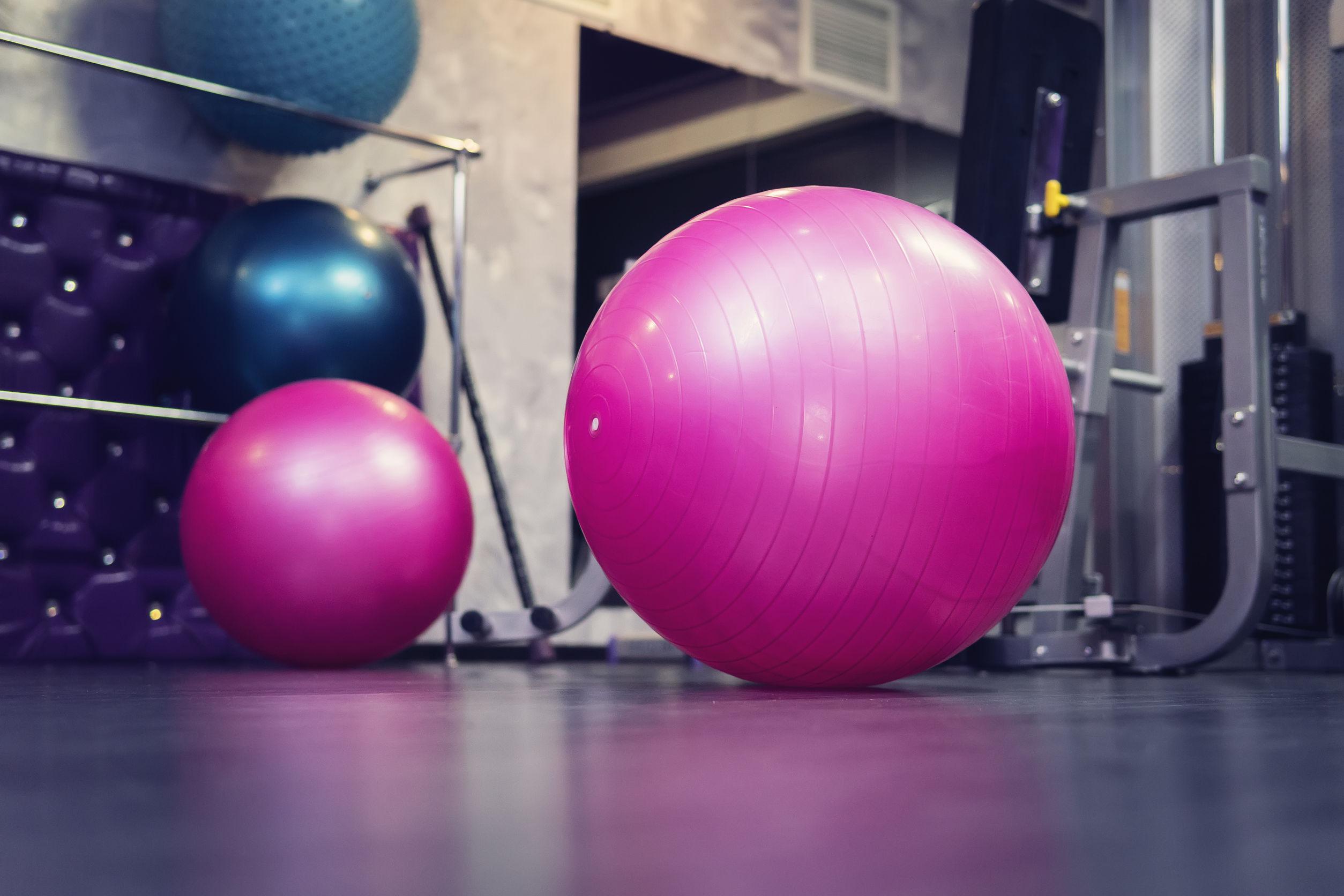 pelotas de pilates en gimnasio