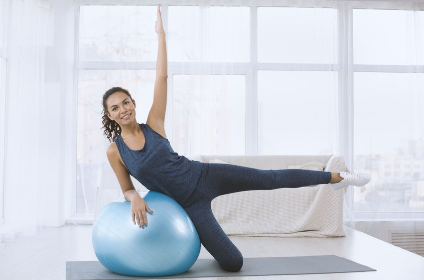 chica haciendo ejercicio con pelota