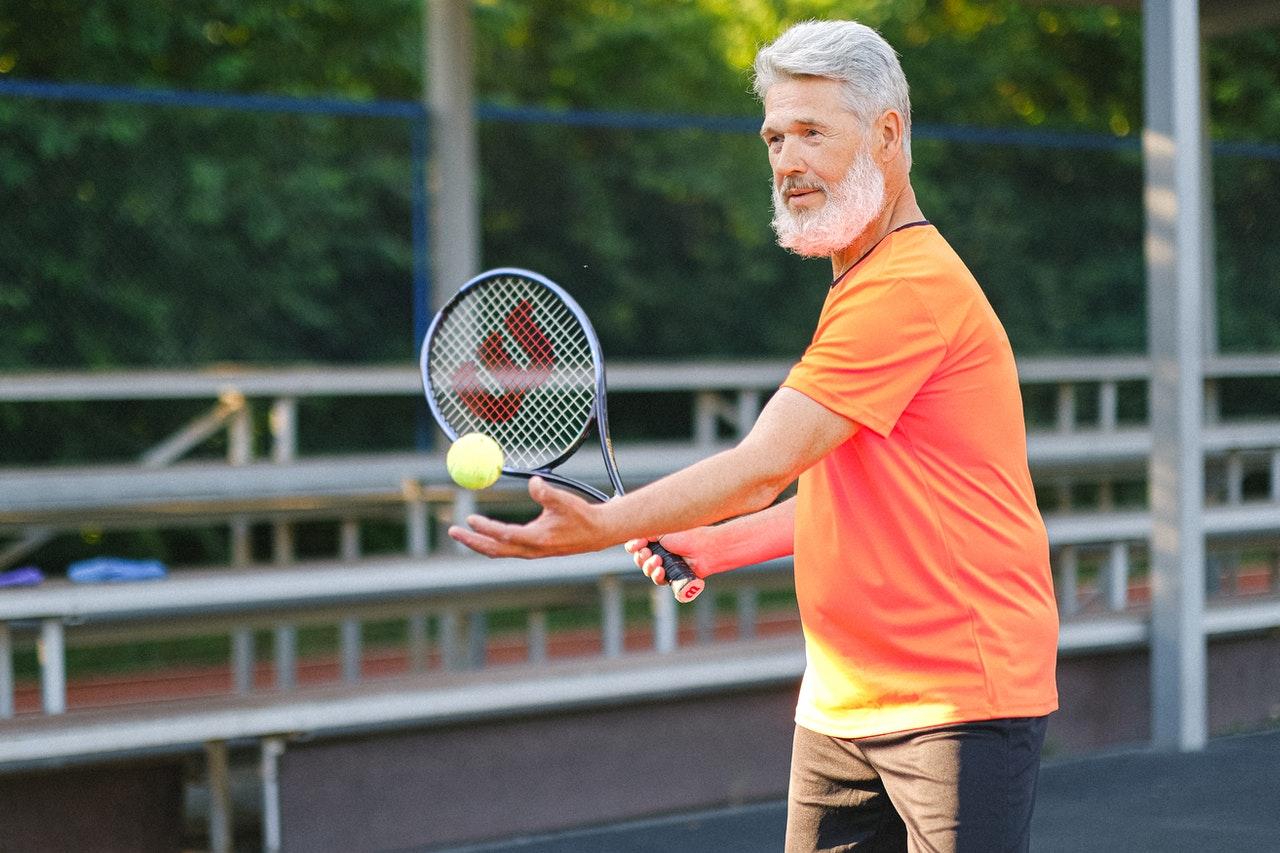 hombre jugando con raqueta