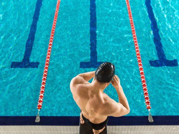 hombre listo para nadar