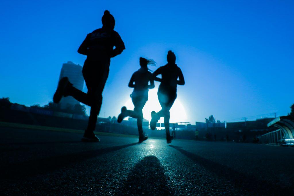 runners en fondo azul