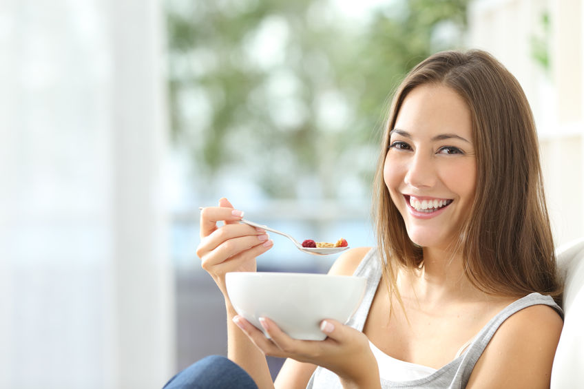chica comiendo saludable