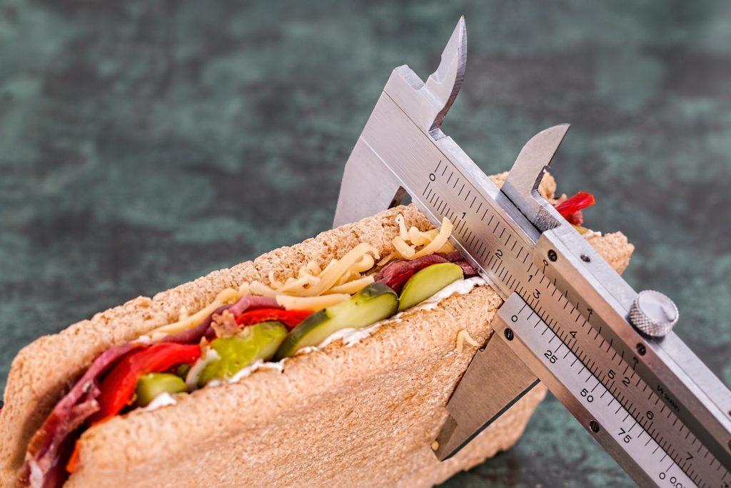 midiendo comida