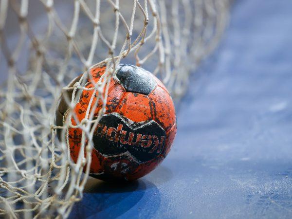 balon en meta de balonmano