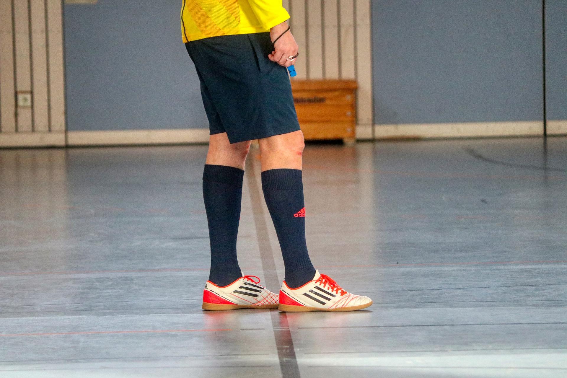 futbolista usando zapatillas de sala