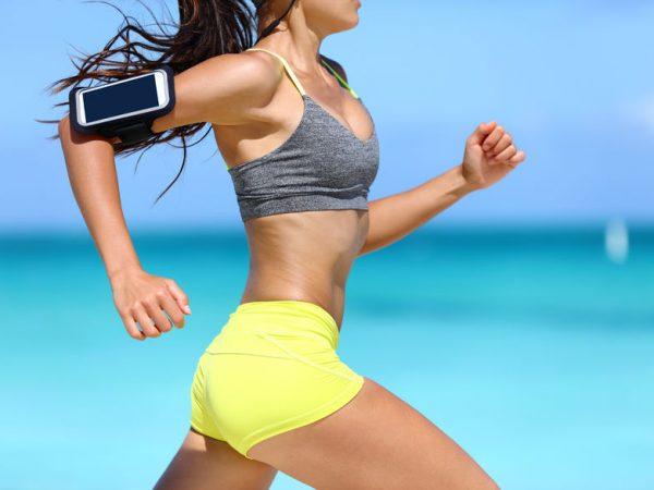 sujetador deportivo mientras corre